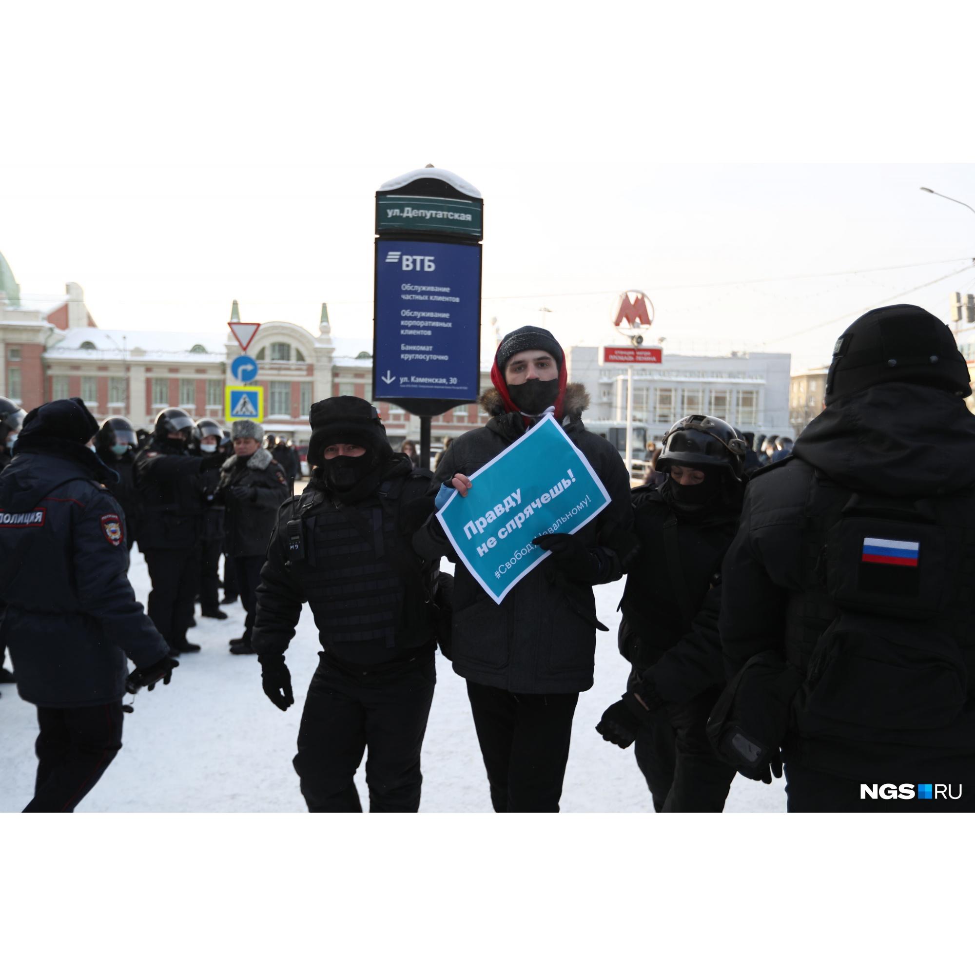 Силовики начали уводить участников акции в автозаки еще в районе метро «Красный проспект»