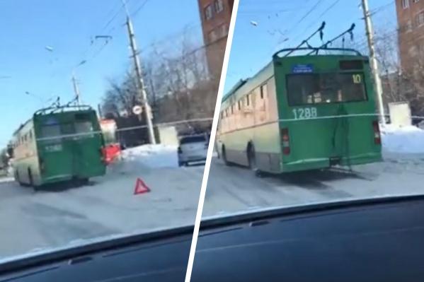 Автобус выехал на встречную полосу