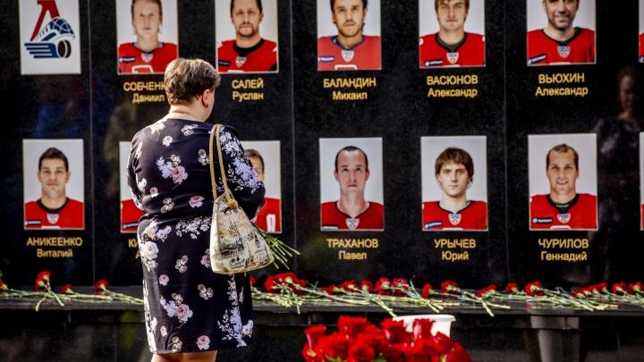 «У нас ночь в сердце»: родители погибших хоккеистов «Локомотива» рассказали, как живут спустя 10 лет после трагедии