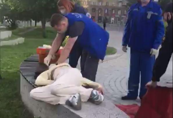 Возле клуба «Синий иней» обнаружили девушку без сознания с пеной изо рта