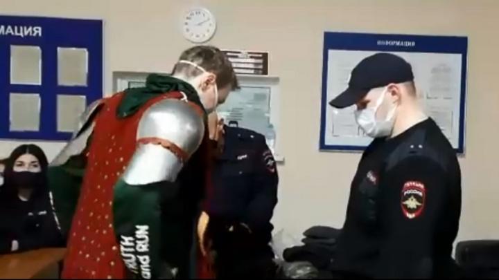 Привлек внимание оглушительным звоном: волгоградец явился на протестную акцию в рыцарских латах