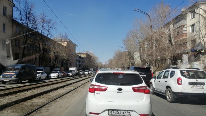 На улице Российской в Челябинске образовались огромные пробки из-за ремонта Ленинградского моста