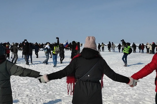 Во Владивостоке митингующие вышли на лед Японского моря