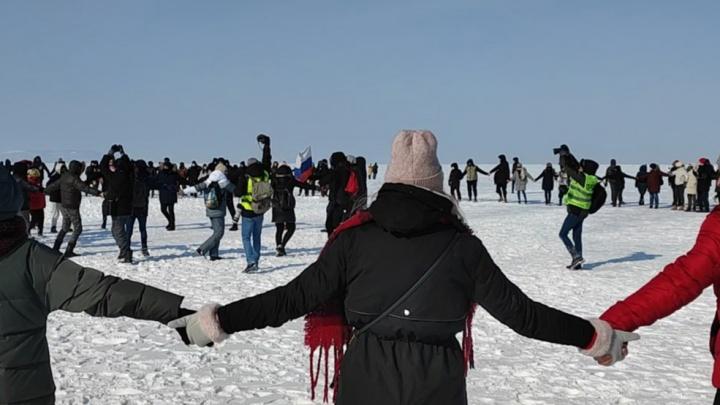 Силовики перекрывают дороги, люди выходят на лед: как акции протеста начались на Дальнем Востоке