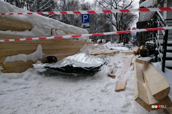 Обрушение перехода произошло днем возле дома № 25 по улице Краснова
