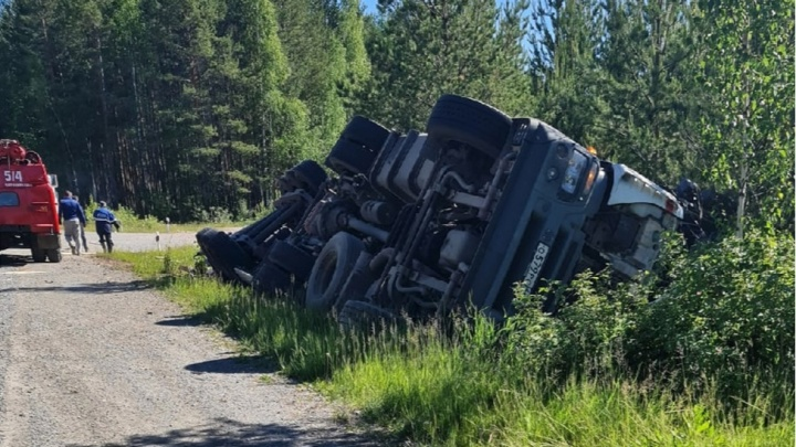 На уральской трассе перевернулся грузовик Iveco. Погиб 45-летний водитель из Костромской области