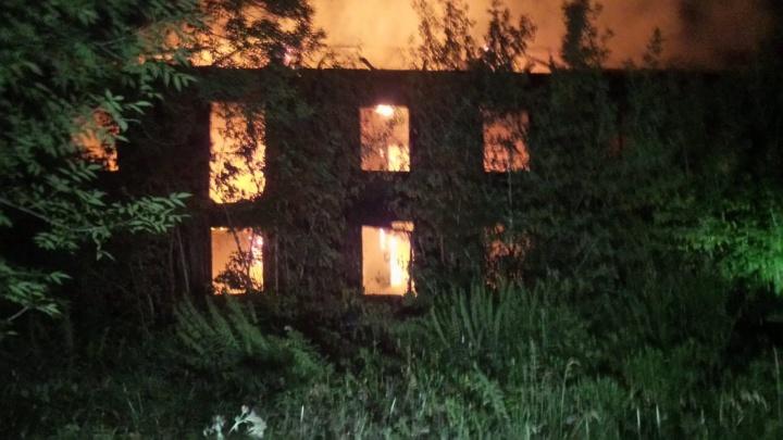 В Екатеринбурге начался большой пожар, ему присвоена повышенная категория сложности. Видео