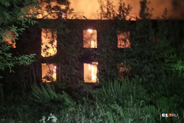 На Эльмаше полыхает двухэтажное здание