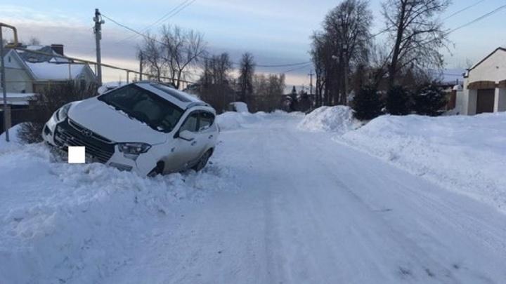 В Екатеринбурге женщина за рулем кроссовера сбила девочку, перебегавшую проезжую часть
