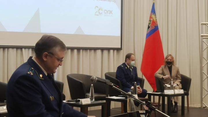 Новокузнечане пожаловались начальнику управления Генпрокуратуры на снег на крышах и задержку зарплаты
