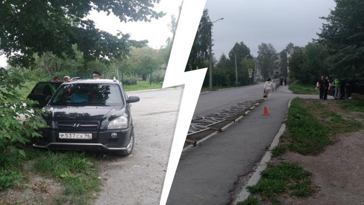 На Урале пьяная женщина на чужой машине врезалась в забор и сбила пешехода. С ней был четырехмесячный сын