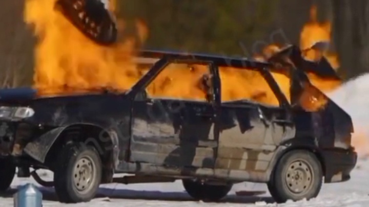 Instagram-блогер из мести сжег машину, на которой вылетел с трассы в ХМАО. Публикуем видео
