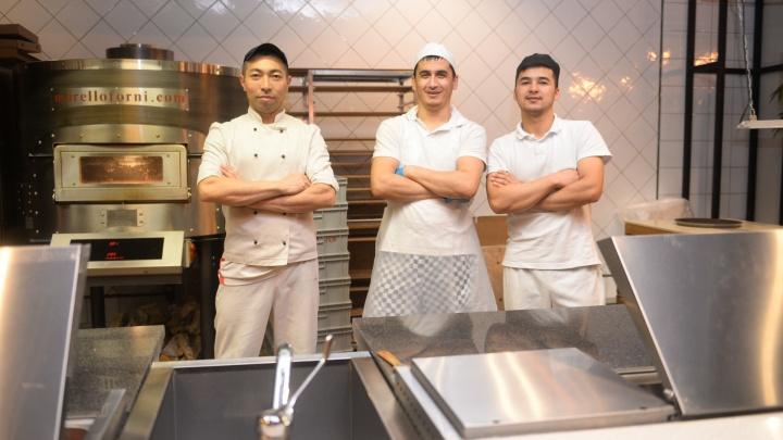 В Екатеринбурге острый дефицит поваров и официантов. Почему за это заплатим мы?