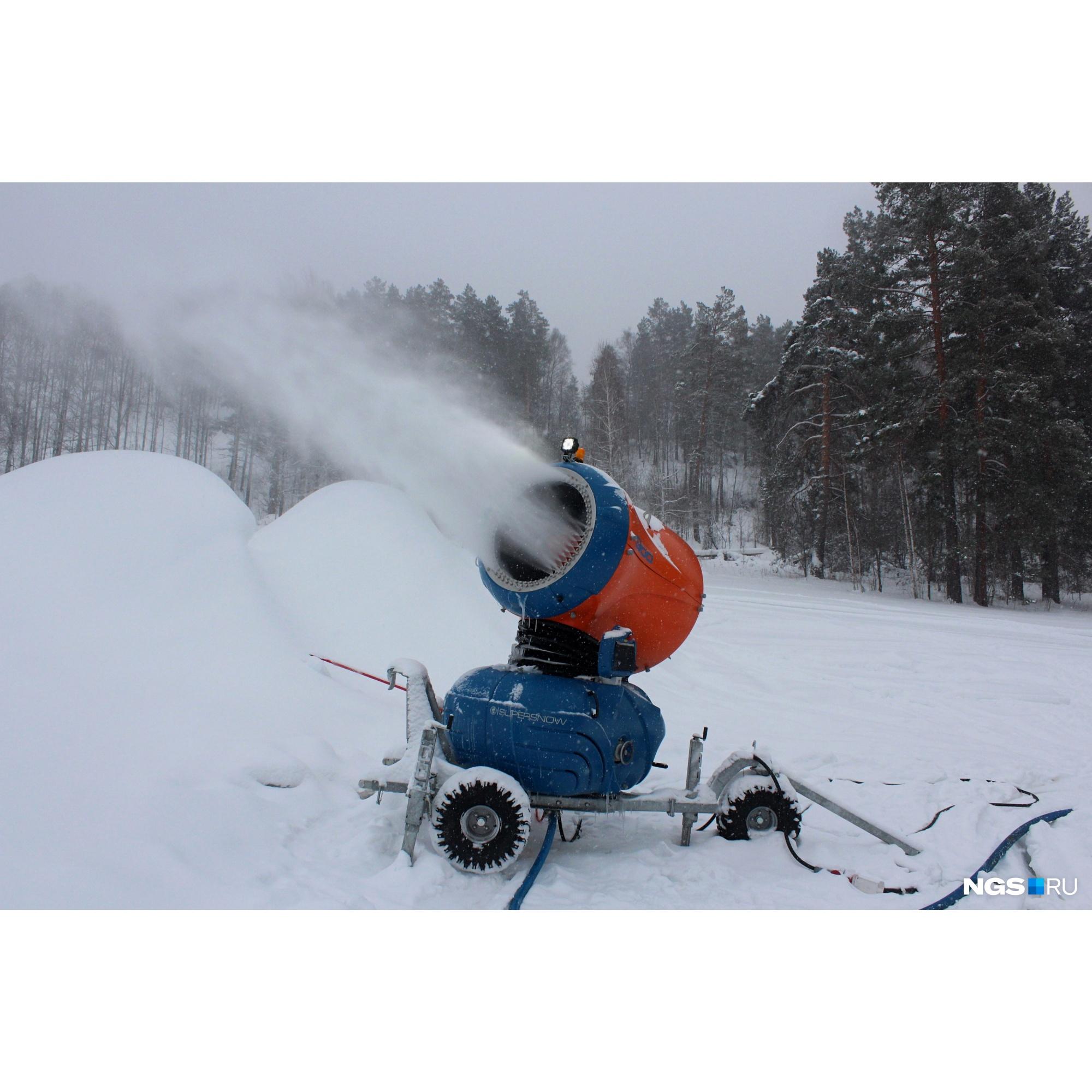 Снежные пушки могут работать круглые сутки