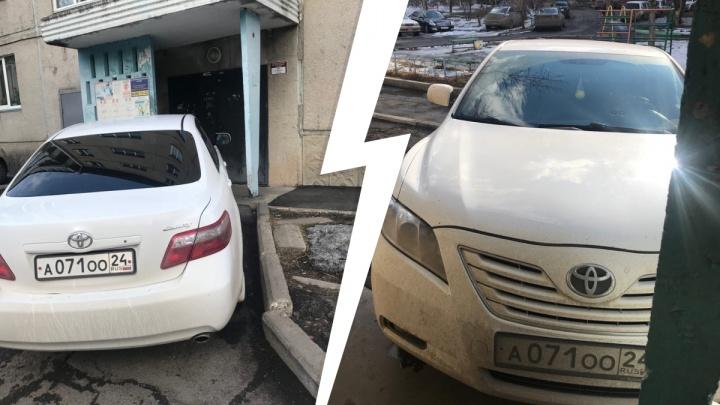 «Устали бороться»: водителя-автохама уволили из администрации Октябрьского района
