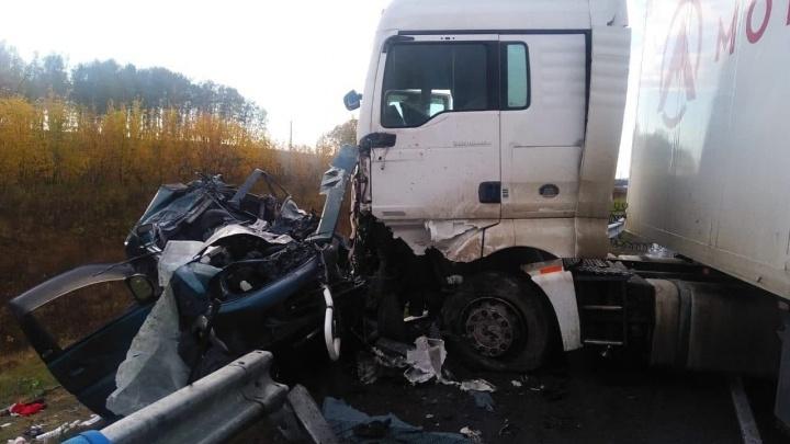 В лобовом столкновении с фурой на трассе погибли два пассажира легковушки
