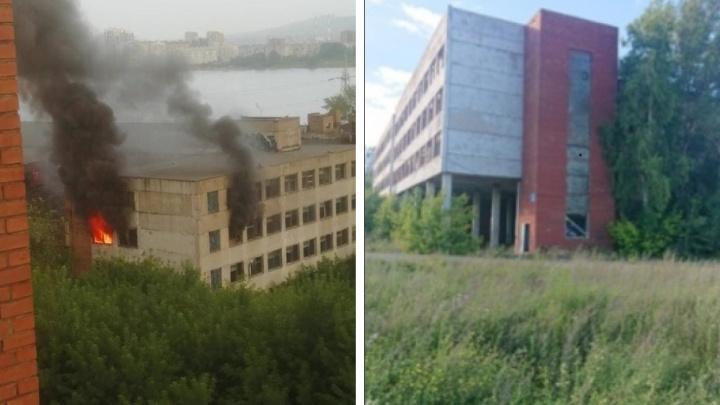 В Красноярске горит здание бывшего комбайнового завода