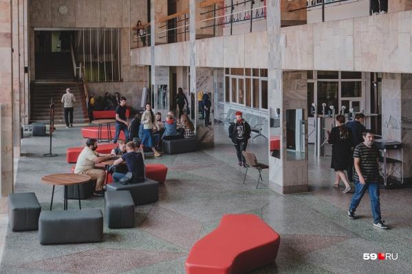 Классический университет (на фото — холл первого корпуса) занял 16-е место