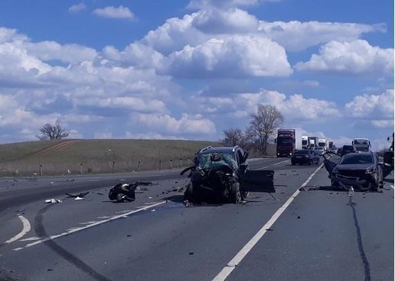 Разнесло по дороге: на трассе в Самарской области легковушки влетели в грузовик
