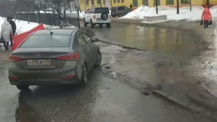 «Повиснет или бампер оторвет»: ярославцы выложили в соцсети видео с опасной ямой