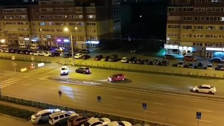 «Люди разворачиваются и едут по встречке»: в Екатеринбурге перекрыли улицу Краснолесья
