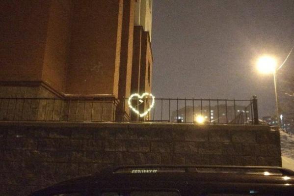 Акция прошла в День святого Валентина, и одним из ее символов стало сердце