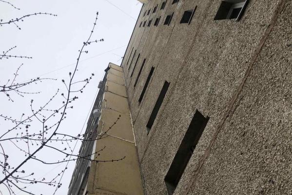 Мужчина сорвался с высоты пятого этажа, там до сих пор висит ведро, которым он пользовался во время ремонта балкона
