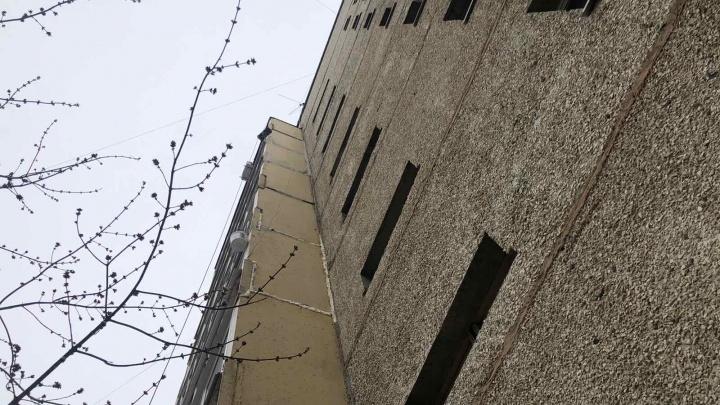 В Тюмени с пятого этажа сорвался мужчина, ремонтировавший балкон