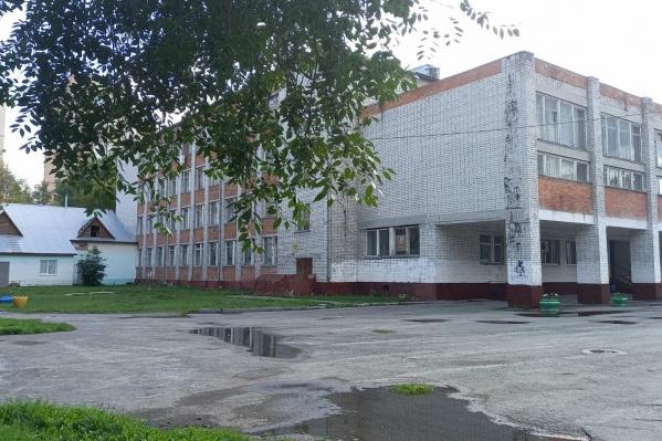 С 1986 года, когда построили здание этой школы, основательный ремонт в ней проведут впервые