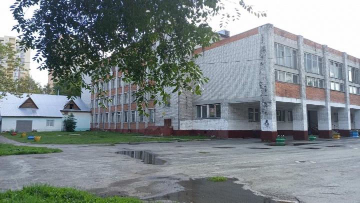 Родители жалуются на плачевное состояние школы на Доме Обороны. Когда ее отремонтируют?
