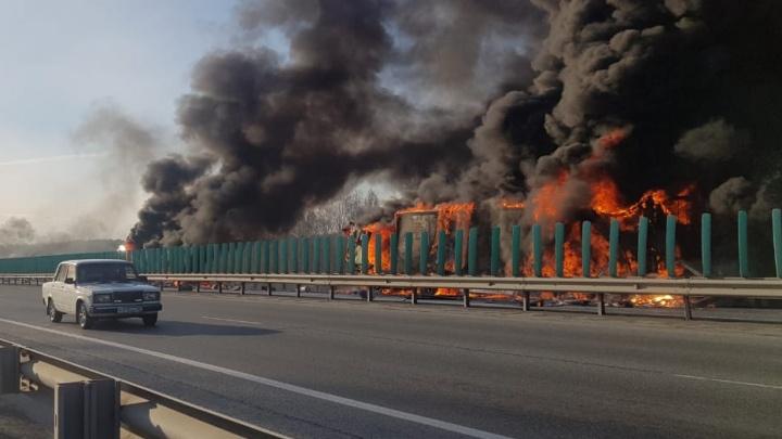«У фуры взорвалось колесо, мимо проезжал грузовик с бочками». Очевидец — о сильном пожаре на Тюменском тракте. Видео
