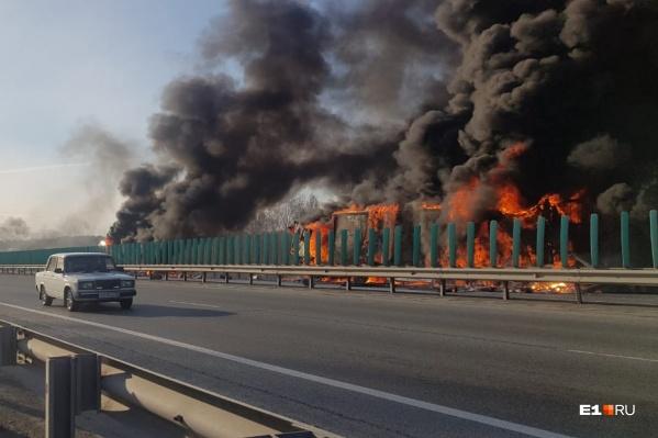 Очевидец рассказал, как начался пожар на Тюменском тракте