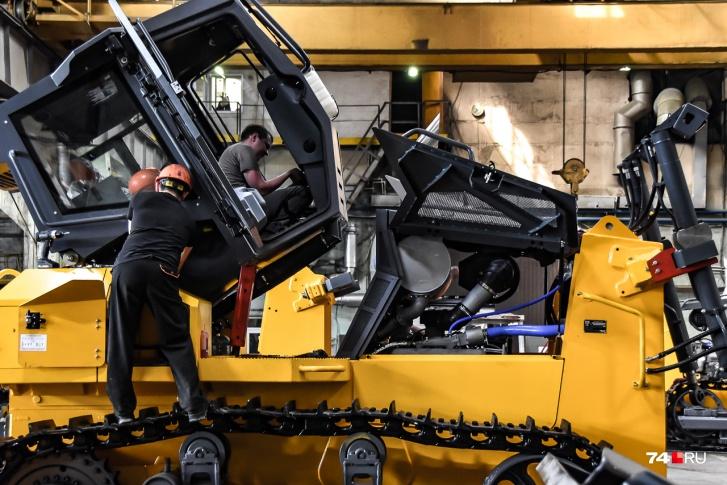 Джойстиковое управление современным трактором полностью электронное, что позволило сделать кабину легкосъемной. Ее демонтаж иногда нужен для транспортировки