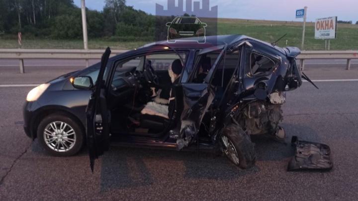 Девушка на BMW протаранила машину с ребенком по дороге в аэропорт. Пока ее оформляли, уснула в машине ДПС