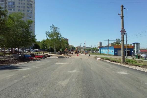 Рабочие готовят дублеры, чтобы по ним пустить основной автомобильный поток после полного перекрытия Ново-Садовой