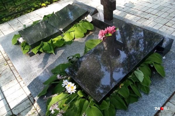 Вандалам удалось повалить тяжелые плиты, некоторые из надгробий разбились