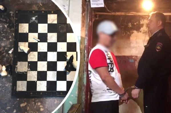 Слева — те самые шахматы. Справа — Парень дает показания на месте преступления