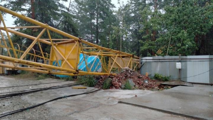 В Тольятти в Комсомольском районе рухнул башенный кран. Происшествие сняли на видео
