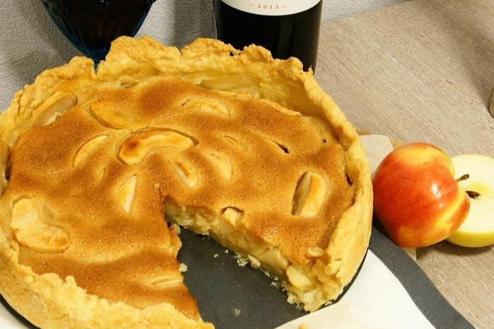 Карамельная заливка только украшает пирог, основной вкус ему дают, конечно же, яблоки