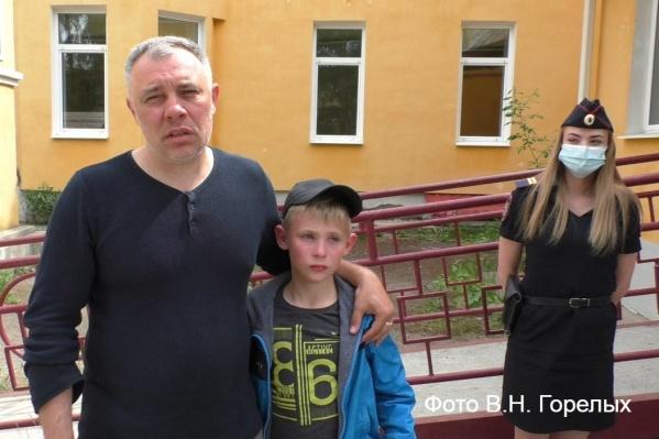 Младший сержант Виктория Шуплецова вывела Кирилла из больницы, где его осмотрели, и передала отцу