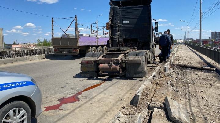 В Волгограде грузовик едва не слетел с Сарептского моста на железнодорожные пути