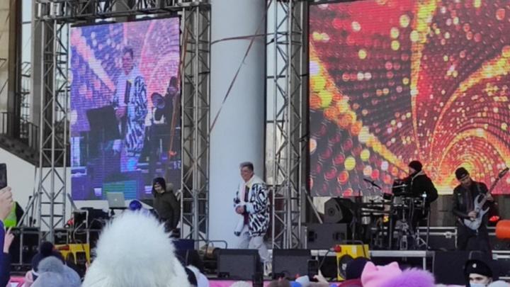 Во время жестких массовых задержаний в Уфе Элвин Грей на концерте презентовал свою песню «Кайфую»