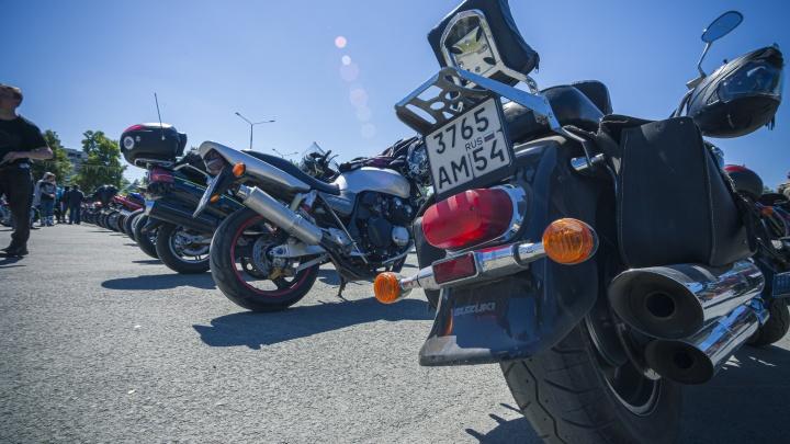Ревущие моторы и бородачи в коже. Как байкеры отметили День мотоциклиста в Бердске — рассказываем в 10 снимках