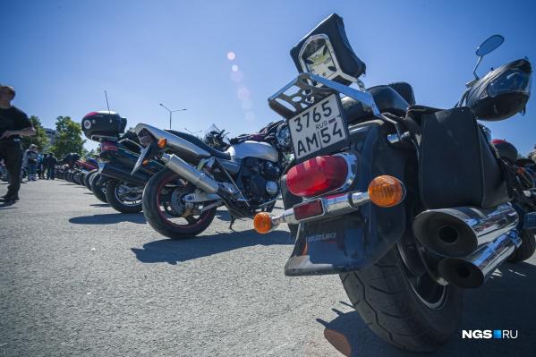 На праздник съехались сотни любителей мотоциклов и быстрой езды. Сами участники говорят, что среди них не только отвязные байкеры, но и вполне добропорядочные учителя и врачи