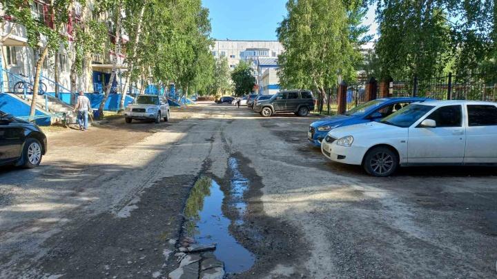 Ремонт «убитого» проезда, который ведет к школе, детсаду и университету, в Сургуте вновь откладывается