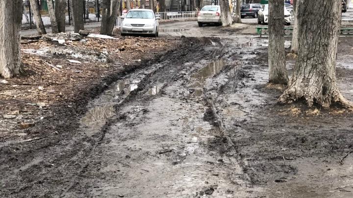 Склад грязи и холодные источники: в Тюмени и районе топит дворы и улицы