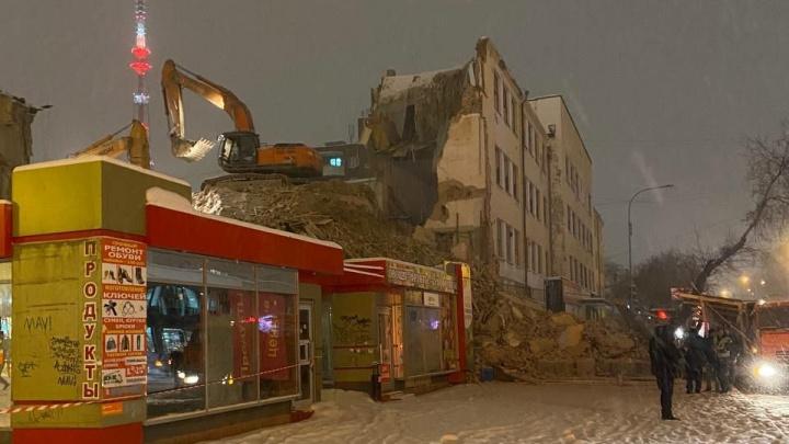 Поврежден киоск, дорога и переход завалены: прямой эфир со сноса здания ПРОМЭКТа на Декабристов