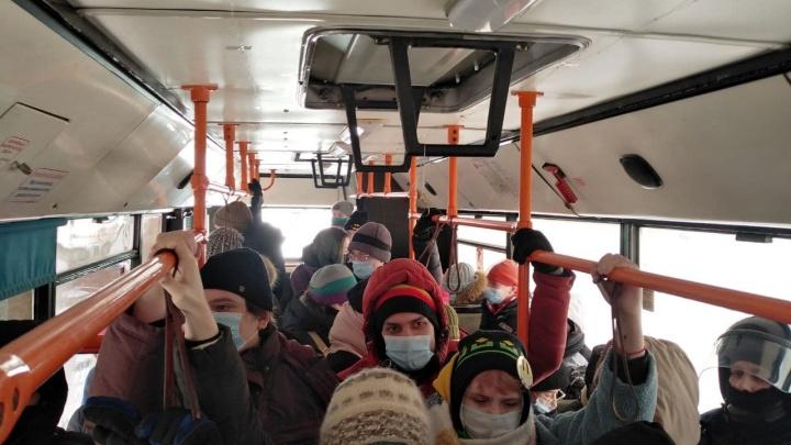 В Красноярске с БКЗ задержанных погрузили в 3 автобуса и везут в разные отделы полиции