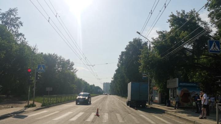 «Газель» сбила 6-летнего ребенка на самокате в Новосибирске. Его бабушка шла рядом