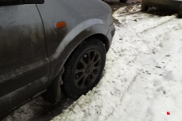 Припаркованные на обочинах дорог автомобили мешают уборке снега